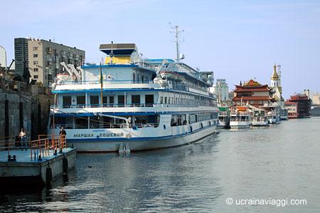 Navi da crociera sul fiume Dnipro