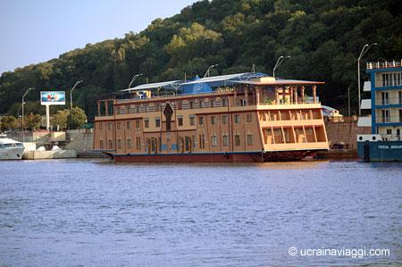 Hotel, ritoranti e night club galleggianti